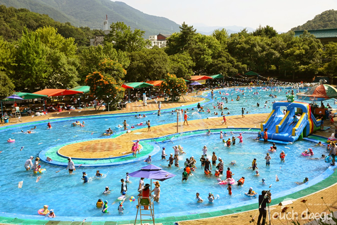 People are having fun in the Duryu outdoor swimming pool