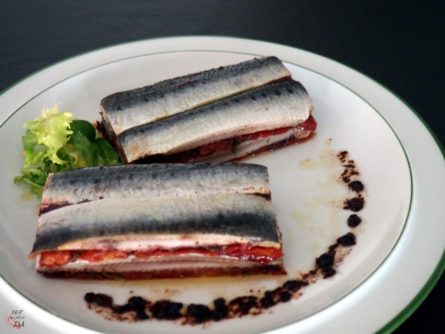 Terrina de sardinas marinadas y tomates confitados con hierbas aromáticas mediterráneas, aderezada con olivada (puré de aceitunas negras)