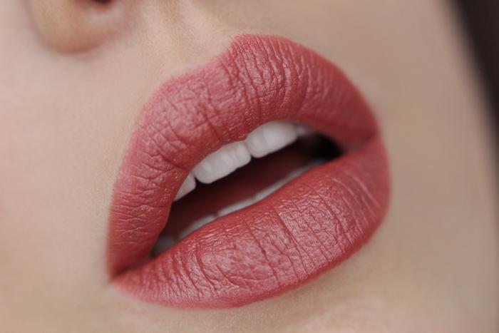 MANHATTAN Moisture Renew Lipstick First Class Nude 300