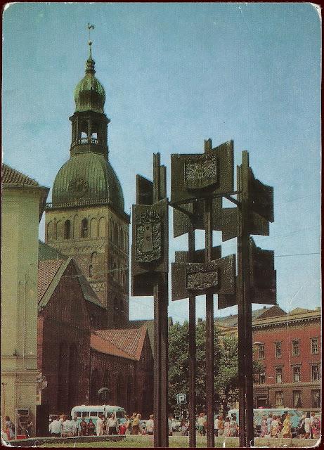 1976-1977 годы. Площадь 17 июня. Скульптурная композиция с гербами городов-побратимов Риги и Домский собор