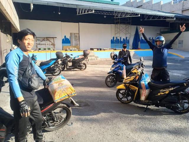 Angkas mamimigay ng bigas para ibang riders na hindi nakakabiyahe