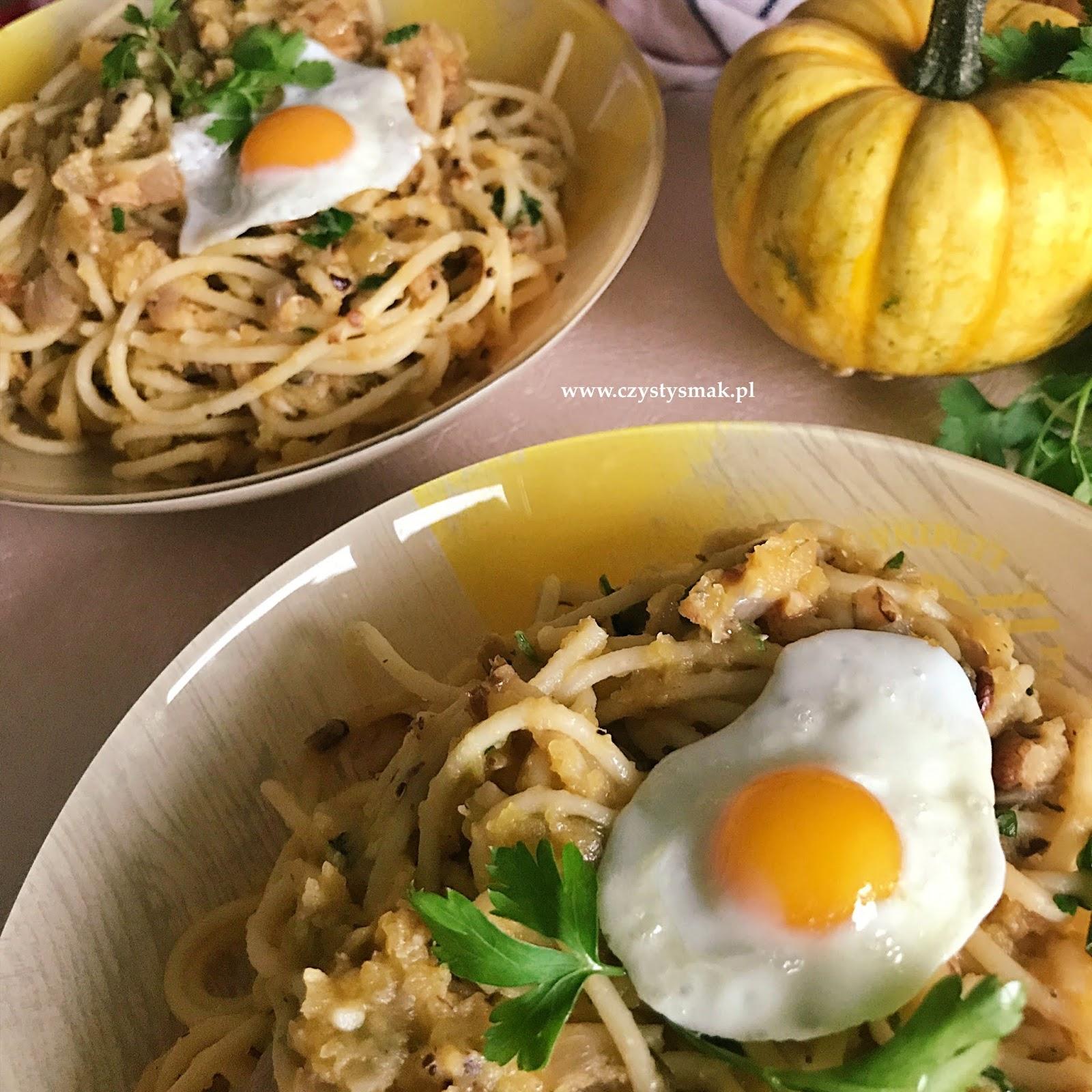 Smażone jajka przepiórcze na spaghetti