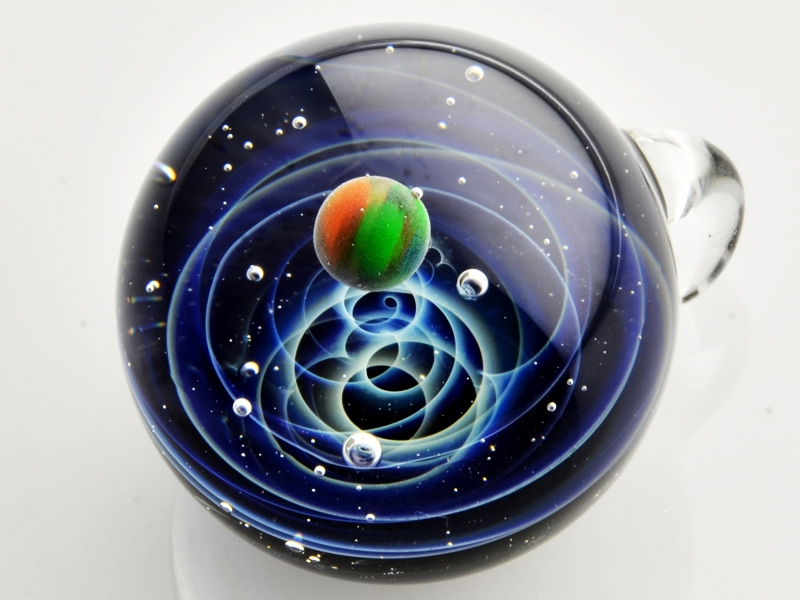 13-Satoshi-Tomizu-とみず-さとし-Galaxies-Sculpted-in-Space-Glass-Globes-www-designstack-co
