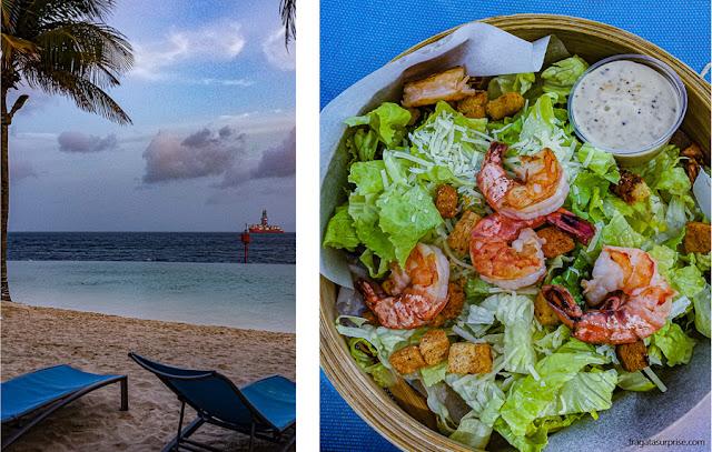 Serviço de bar e restaurante na piscina do Renaissance Curaçao Resort