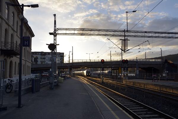 togstasjon jernbanestasjon tog skinnegang