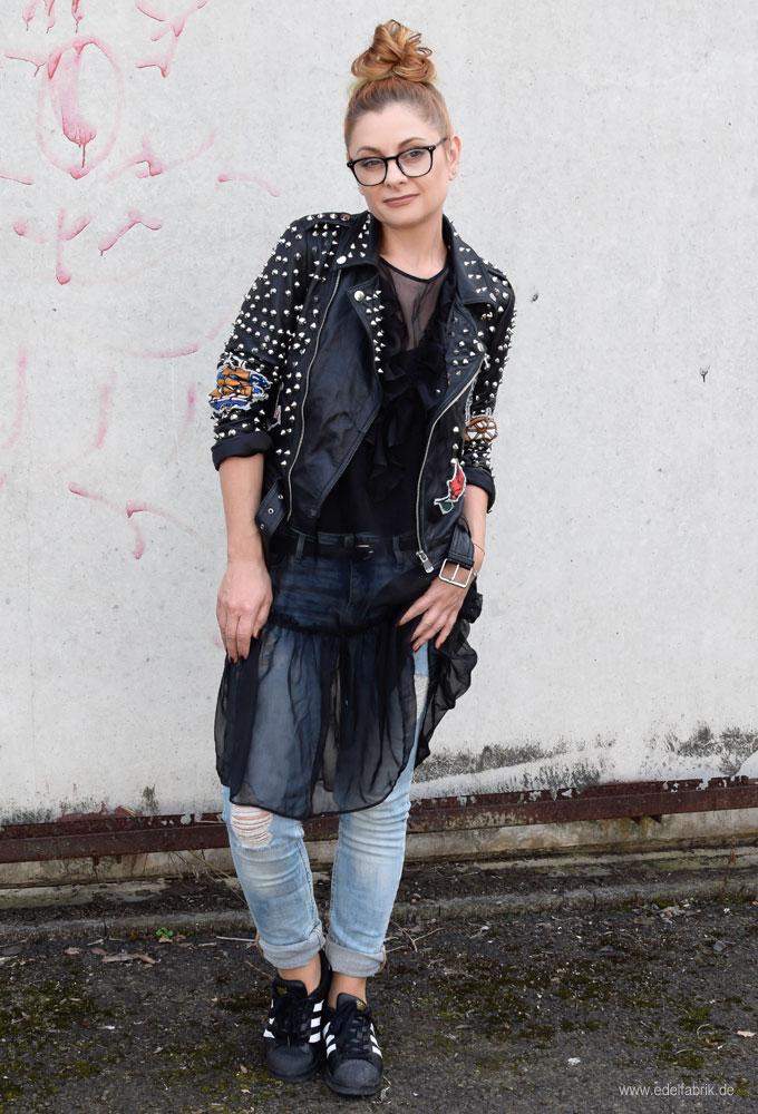 Leder und Jeans miteinander stylen, Nieten und Leder