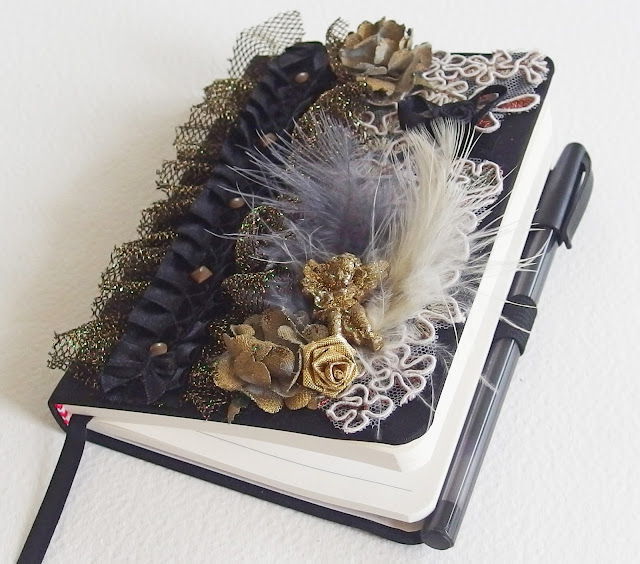 https://www.alittlemarket.com/carnets-agendas/fr_carnet_baroque_l_ange_dore_a_l_ame_slave_satin_plumes_et_dentelle_noir_et_or_-16492657.html
