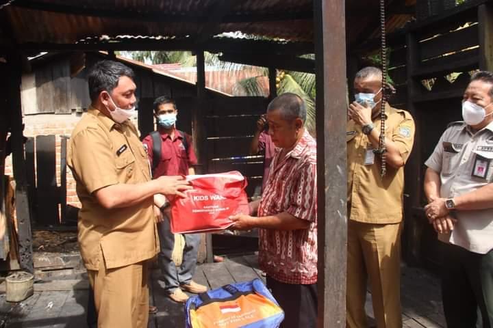 Wakil Bupati Tanjabbar Serahkan Bantuan Pada Warga Bencana Kebakaran