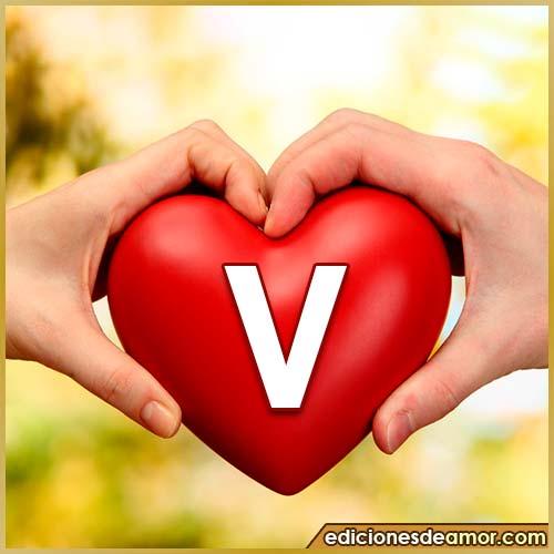corazón entre manos con letra V