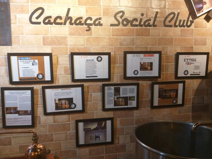 parede de quadros no Cachaça Social Club