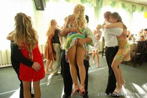 Phụ nữ hớ hênh nơi công cộng