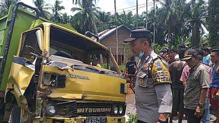 Petugas memeriksa kondisi truk yang terlibat kecelakaan