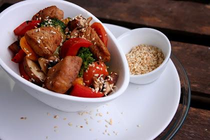 Knackiges Wok-Gemüse mit Pute und Sesam