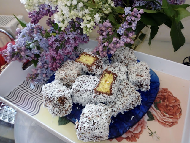 lemingtony kokoski kokosanki lamingtony kudlacze ciastka kokosowe ciasto w polewie i wiorkach kokosowych biszkopt z czekolada