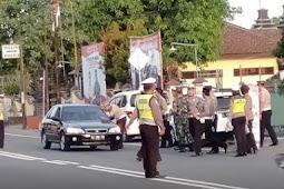 Polisi dan TNI Giat Bagi-bagi Takjil, Pengendara di Blitar Putar Balik Dikira Razia