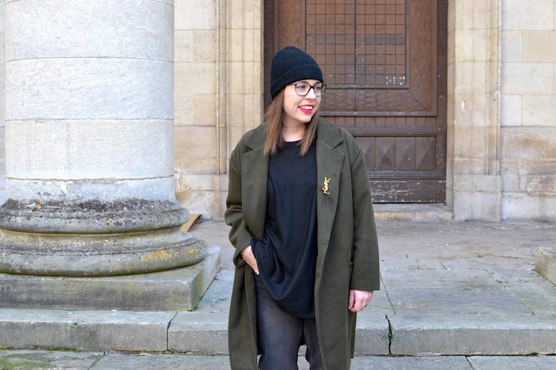 manteau kaki Sheinside, proche YSL de Joli Closet, bonnet noir Etam, jean noir H&M, pull noir H&M