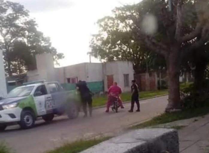 Se disfrazó de Barney para burlar la cuarentena y ver a su novia; lo arrestaron