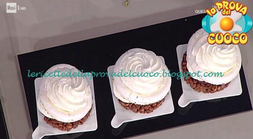Semisfera di meringa con gelée di lamponi panna e frutta ricetta Ragona da Prova del Cuoco