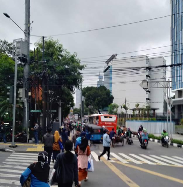 Tempat Turun Naik Penumpang Dikuasai Bajaj Dan Ojol, Bus Metro Trans Terpaksa Berhenti Di Tengah Jalan