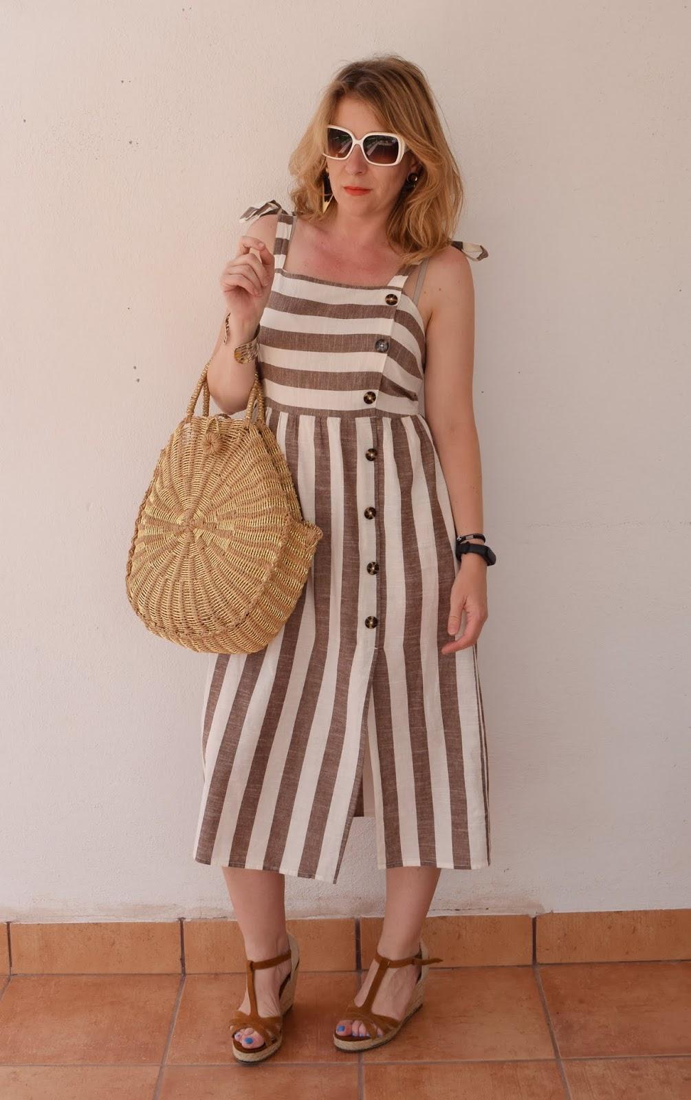 Un vestido de lino y rayas en verano