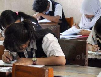 Ilustrasi Peserta Ujian Nasional SMA sedang melaksanakan Soal UN-https://bloggoeroe.blogspot.com/