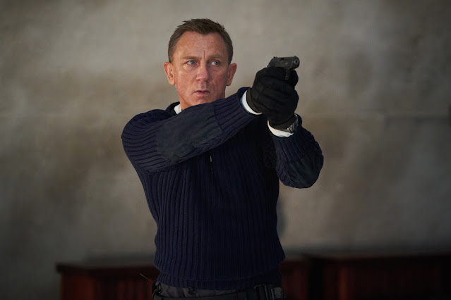 B25_25594_R.James Bond (Daniel Craig) prepares to shoot in .NO TIME TO DIE,.an EON Productions and Metro-Goldwyn-Mayer Studios film.Credit: Nicola Dove.© 2021 DANJAQ, LLC AND MGM. ALL RIGHTS RESERVED.