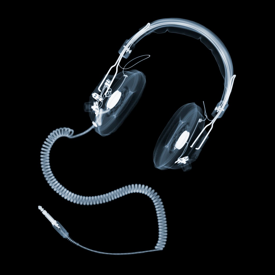 10-Headphones-Nick-Veasey-X-ray-Images-Mechanical-Musical-www-designstack-co