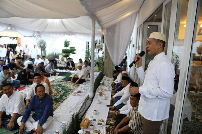 Wagubsu Musa Rajeckshah menghadiriacara berbuka puasa bersama karang taruna di Komplek Palem Indah, Johor, Medan, Sabtu (1/6).