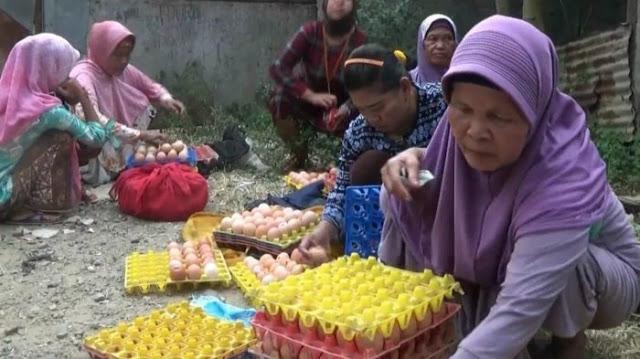 Harga Meroket, Ibu-ibu di Tangerang Rela Berdesak-desakan Beli Telur Retak