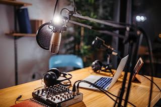 Olahan Internet.Belakangan ini kenaikan pengguna pengguna maupun pendengar podcast menanjak naik begitu cepat terutama di Indonesia.banyak yang berlomba-lomba ingin menjadi Podcaster yang dapat menjangkau banyak pendengar. Layanan aplikasi podcast juga menawarkan berbagai penyedia flatporm android  seperti:Spotify, SoundCloud, Anchor, Castbox, Google Podcast, dan beragam fitur lainnya.   Podcast Baca Juga :Jenis-Jenis Sumber Penghasilan Podcast Yang Harus Kamu Ketahui   Menawarkan berbagai program yang bisa didengarkan maupun di ulang kembali seperti Berita,pendidikan,politik,teknologi,hiburan,lagu,dan masih beragam jenis topik pembahasan yang bisa di nikmati dari podacast.    Selain itu,dengan program monetisasi Podcast yang sudah tersedia pada platform ini juga menjadi bagian paling di nikmati para creator podcast yang berusaha mendapat keuntungan dari siaran Podcast yang dimiliki,seperti halnya iklan sponsor yang sudah tersedia pada platform Anchor.fm dengan cpm $15.    Baca Juga :Langkah-langkah Cara Mencairkan Penghasilan Di Anchor.Fm    Semakin besar trafik pendengar yang kita dapat maka semakin besar pula jumlah uang yang kita dapatkan dari podcast.lalu bagaimana cara dan tips Membuat Podcast Yang Menarik dan Mendapat Banyak Pendengar?   Bagi Sebagian Podcaster di Indonesia tentunya bagi pemula yang baru mengenal podcast akan mengalami kesulitan dalam menyiapkan naskah atau program yang ingin di suguhkan kepada pendengar.Untuk itulah pada artikel ini website Olahan internet akan mengulas secara lengkap cara cara dan tips Membuat Podcast Yang Menarik dan Mendapat Banyak Pendengar.Seperti Berikut Ini:      1.Musik Pengantar (Opening)    Musik opening(intro)   Tahap Awal yang perlu kita buat dalam memulai Perekaman maupun disaat live streaming dalam dunia Podcast adalah musik intro pembuka(opening musik).Selain sapaan yang biasa kita gunakan,musik pembuka sangat dibutuhkan untuk membangun suasana yang bagus.jangan lupa menyiapkan musik dengan karakteristik yang 