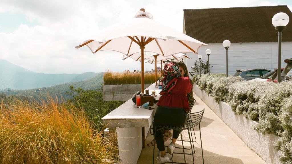 kafe outdoor pemandangan gunung di bali