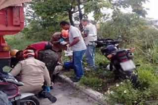 Caminhão colide em motocicleta e mulher tem perna esmagada em acidente em João Pessoa