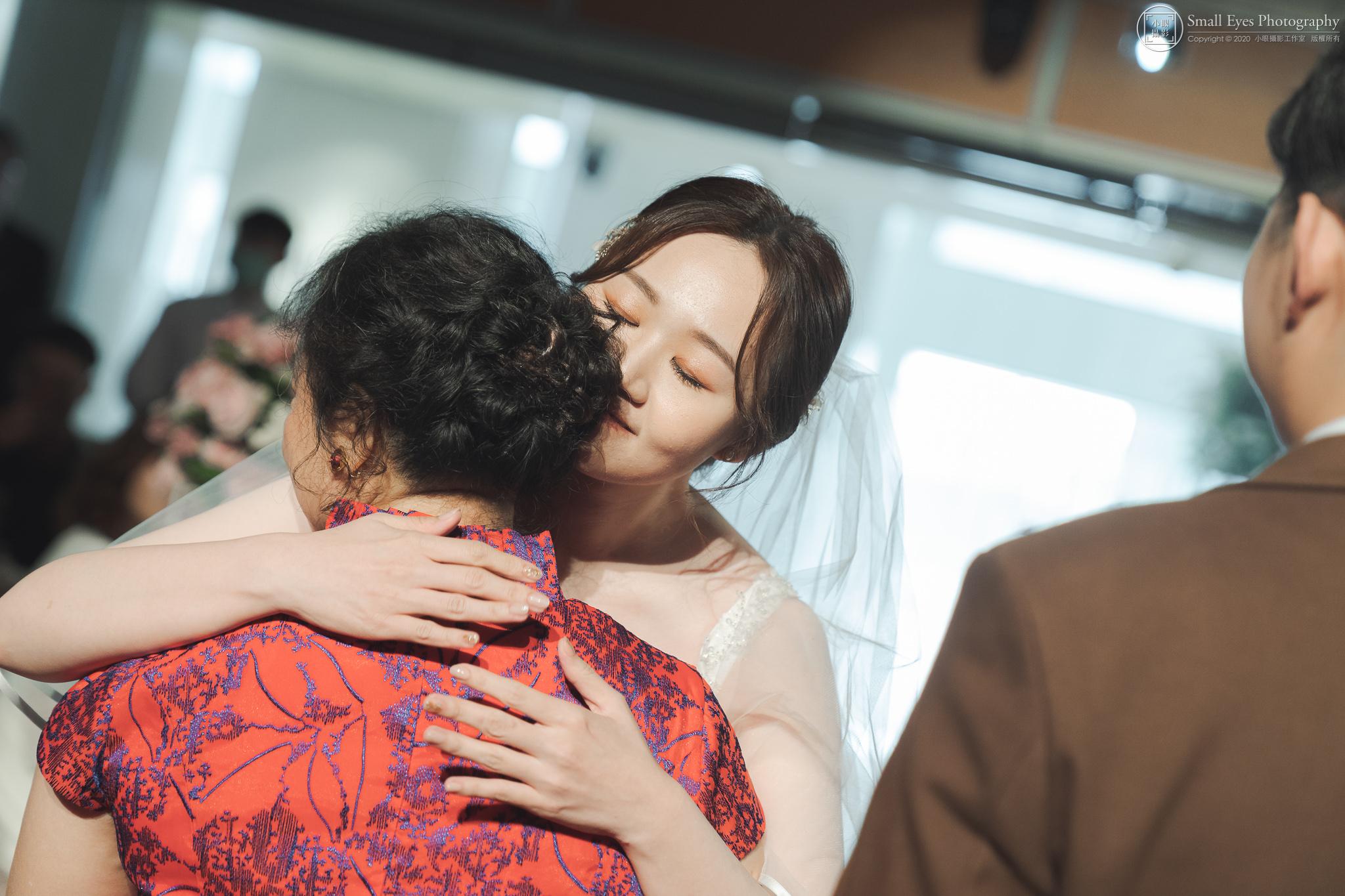小眼攝影,傅祐承,婚禮攝影,婚攝,婚禮紀實,婚禮紀錄,台中,裕元花園,酒店,母女,擁抱