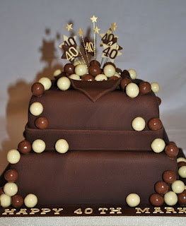 kue ultah coklat dengan variasi bola bola kecil