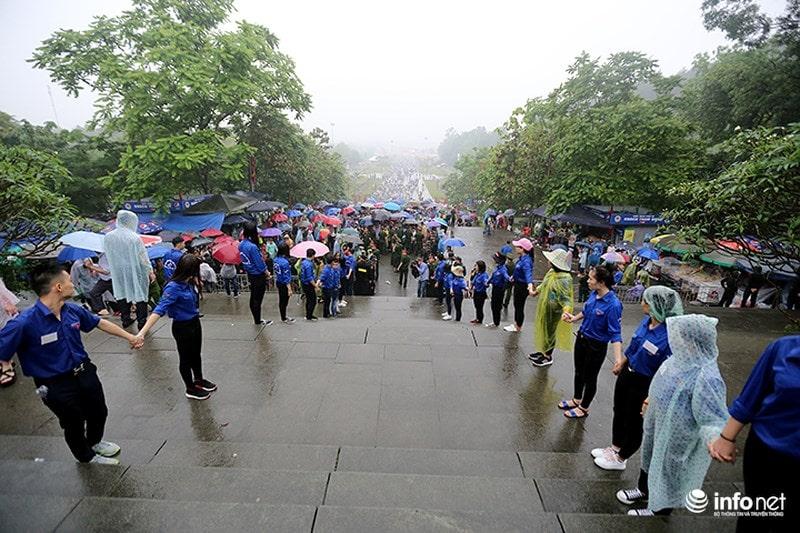 Chùm ảnh lực lượng tình nguyện đội mưa làm hàng rào tại Đền Hùng - Ảnh 1