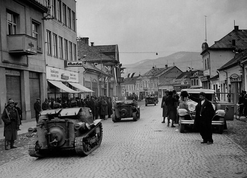 Угорські війська в окупованому Хусті 16 березня 1939 р. На відміну від угорської армії, українське військо було погано оснащене і практично не мало військової техніки. © memory.gov.ua