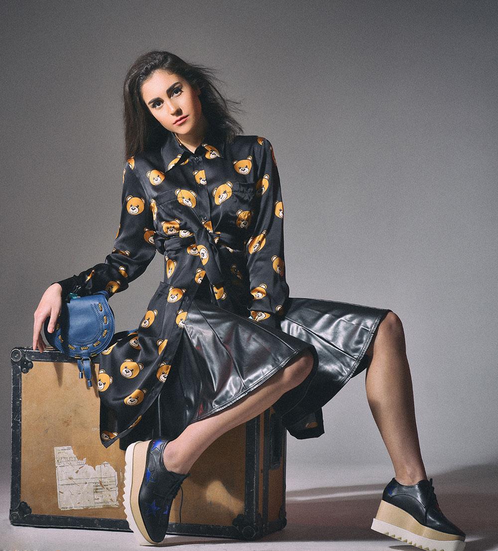 Cewek manis dan seksi Leher indah mansi rambut hitam pose duduk di atas kursi