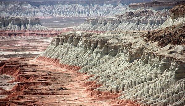 Янгы-гала, Огненные скалы, Розовый каньон  местность на древнем плато Устюрт  южнее залива Гарабогаз-гол на северо-западе Балканского велаята  165км от Балканабада и 160км от Туркменбаши На дне древнего океана Тетис.  Современное Каспийское море - наследник этого гигантского водоема далекого прошлого. Горная страна, похожая больше на сказку.  Каньоны представляют собой невероятно красивое зрелище.  В зависимости от времени суток, цвет горных пород меняется прямо на глазах – от чисто белого до огненно-красного. Но особенно красивы они на закате, когда всё вокруг окрашивается в огненные тона. Подобную достопримечательность можно увидеть в Китайском Синьзяне, которую также называют «огненные горы».