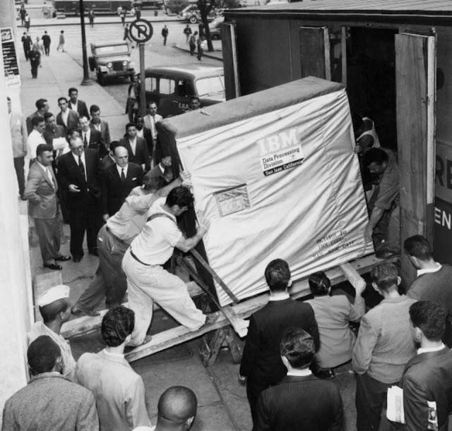 Transportando un disco duro de 5 MB en 1957