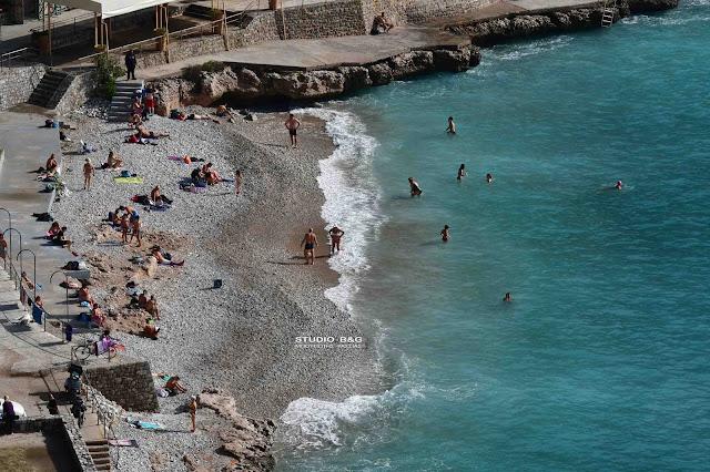 Αργολίδα: Γέμισε από κόσμο παραλία στο Ναύπλιο από την ασυνήθιστη ζέστη (βίντεο)