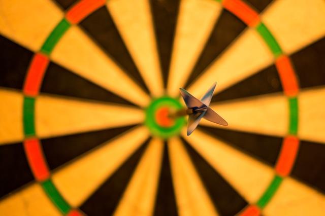 A dart hitting a dartboard as a metaphor for how KPI's help you achieve any goal