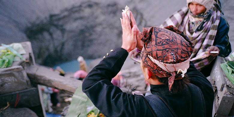 upacara adat yadnya kasada hindu tengger di gunung bromo