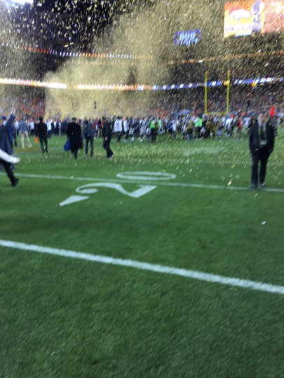 tim-cook-iphone-photo-superbowl