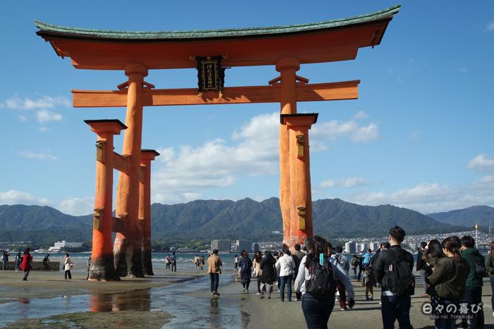 Foule au pied du torii à marée basse, plage de Miyajima, Hiroshima-ken