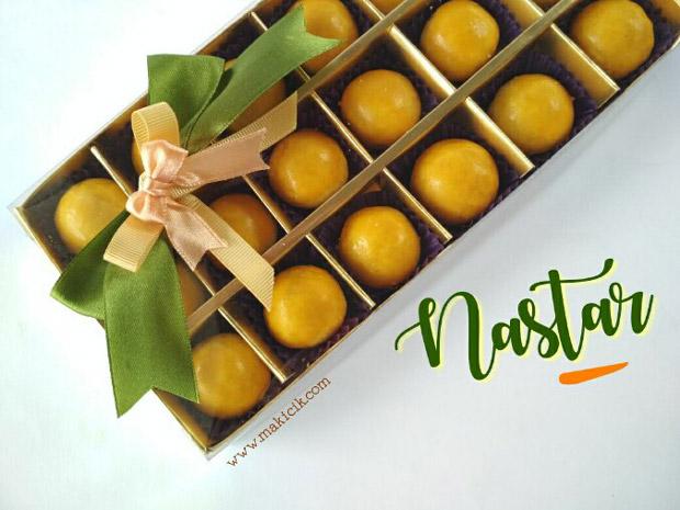 cara mengoles kuning telur pada nastar