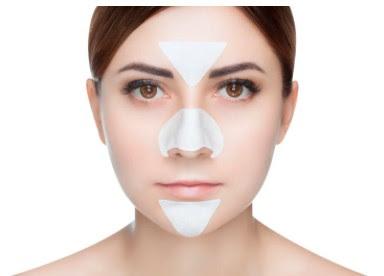 البشرة المختلطة  العناية بالبشرة المختلطة طبيعيًا  العناية بالبشرة المختلطة الحساسة  العناية بالبشرة المختلطة للرجال  العناية بالبشرة المختلطة الدهنية  البشرة المختلطة هي عبارة عن بشرة دهنية في بعض مناطق وجهك وجفاف في مناطق أخرى. عادةً ما يكون هناك مزيج من المناطق الدهنية والجافة في أجزاء مختلفة من وجهك، حيث تكون منطقة T (الجبين والأنف والذقن) دهنية قليلًا إلى شديدة الدهنية. قد تبدو كيفية الموازنة بين نوعين مختلفين من البشرة ليس أمرًا صعبًا إذ يمكنكِ استخدام خلطات طبيعية في المنزل التي تعمل على موازنة الدهون ومنع جفاف البشرة، وسنتعرف خلال هذا المقال عن طرق العناية بالبشرة المختلطة.  البشرة المختلطة يمكن أن تساهم مجموعة متنوعة من العوامل في تكوين البشرة المختلطة، ولكن في كثير من الأحيان يعود الأمر إلى العوامل الوراثية، ومع ذلك فإن أنواع منتجات العناية بالبشرة المختلطة التي تستخدميها يمكن أن تزيد الأمر سوءًا أو حتى تسبب المشكلة. كما يمكن أن يؤدي استخدام المنتجات التي تحتوي على مكونات قاسية أو تؤدي إلى تفاقم حالة الجلد سيؤدي حتمًا إلى تجفيف بعض مناطق وجهكِ أثناء تحفيز إنتاج الزيت في أجزاء أخرى خاصة حول الأنف.  إذا كنتِ تستخدمين منتجات عناية بالبشرة المختلطة الخاطئة، فقد تكون السبب الحقيقي وراء ظهور بشرتك المختلطة. إذا كنتِ تستخدمين المنتجات المناسبة، فقد لا يزال لديك قدر من البشرة الدهنية، ولكن على الأقل لن يكون لديك بشرة جافة وخشنة تحت الزيت الزائد. بمجرد البدء في استخدام المنتجات المناسبة يمكن أن تتحسن بشرتك على الفور تقريبًا، مع تنعيم المناطق الجافة وترطيبها وتقليل الدهون في المناطق الدهنية بالإضافة إلى صغير المسام. [1]    العناية بالبشرة المختلطة طبيعيًا تحتاج البشرة المختلطة إلى منتجات للمساعدة على التحكم في اللمعان. أما بالنسبة للأجزاء العادية أو الجافة فإنها تحتاج إلى مزيد من الرطوبة. لكن هذا لا يعني أنك بحاجة إلى مرطّبين منفصلين. و لتحقيق التوازن المثالي لبشرتكِ المختلطة سنوافيكِ بخطوات العناية بالبشرة المختلطة طبيعيًا التي يمكنكِ القيام بها:  منظف ابدأي باستخدام منظف لطيف ولكن فعال قابل للذوبان في الماء لإزالة الشوائب والمكياج. المفتاح هو تجنب الكبريتات التي تجرد البشرة من زيوتها الطبيعية. وإذا شعرتِ أنكِ بحاجة إلى القليل من التنظيف الإضافي حول الأنف والذقن، ف