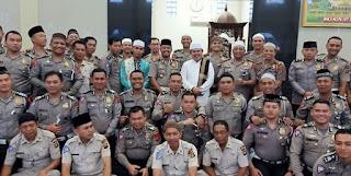 Dirlantas Polda Jambi Ajak Para Personil  Laksanakan Kegiatan Binrohtal Sholat Subuh Berjamaah Di Masjid Baiturahman