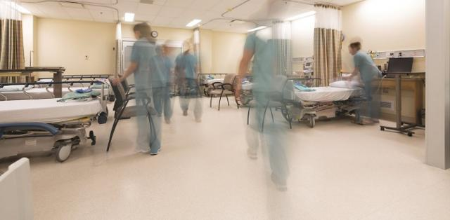 Πάνω από 100 γιατροί και νοσηλευτές σε καραντίνα λόγω ακατάλληλων χειρισμών