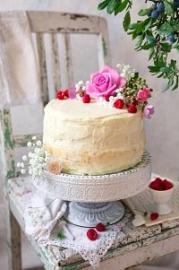 tort waniliowy z malinami i białą czekoladą
