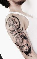 tatuaje de guitarra con oso panda